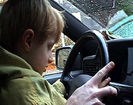 Lou conduit la voiture