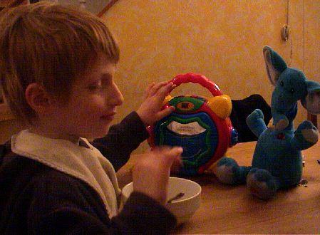 Lou à table avec son éléphant