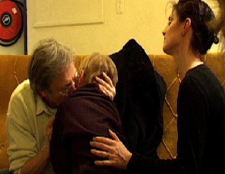 Lou embrasse Henri Dès