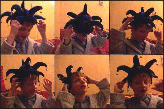 Lou essaye son chapeau-grelots