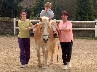 A cheval ! (Lou, Corine et maman).
