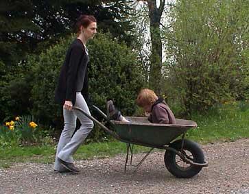 Claire conduit Lou en brouette