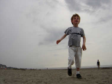 Lou s'aventure sur la plage