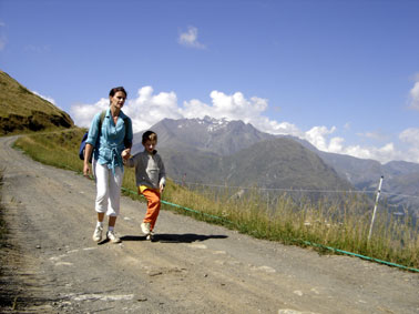 Lou marche en montagne