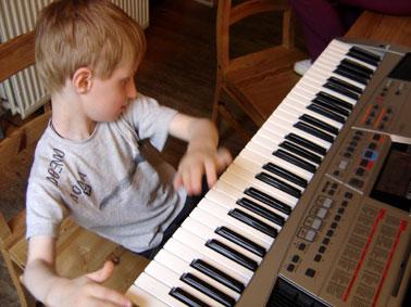 Lou joue au piano