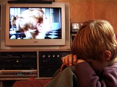 Lou s'écoute dans la télévision
