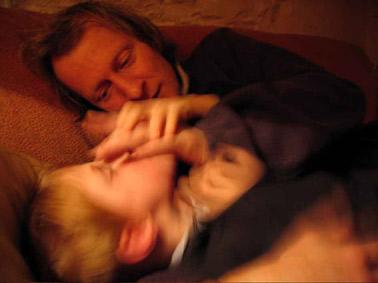 Lou joue avec papa