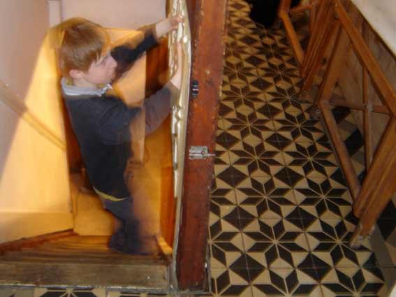 le petit prince danse dans les escaliers