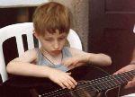 Lou à la guitare