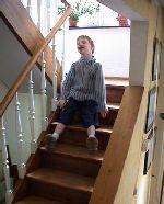 Lou fait du tobbogan dans les escaliers