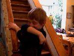 Lou dans les escaliers avec Monsieur